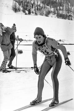 1975: Der Gontener Gust Broger gewinnt den Engadiner. Seine Kneissl-Ski wachst er ohne Abstosszone, was den Ski schneller macht. Er muss das Rennen also ohne diagonalen Beinabstoss und ausschliesslich mit Doppelstockstössen absolvieren. Seine Idee wird noch heute in Klassischrennen zuweilen im Weltcup angewandt. Und sie kann als so etwas wie der allererste Vorläufer der Skatingtechnik gesehen werden. (Bild: Keystone)