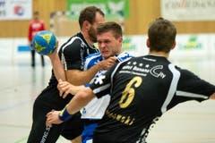 Tobias Baumgartner gegen zwei Pfadi-Spieler. (Bild: Eveline Beerkircher / Neue LZ)