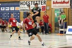 Der Winterthurer Michal Svajlen kommt gegen den Krienser Benjamin Steiger zu spät. (Bild: Roger Zbinden/Neue LZ)