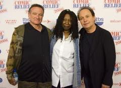 Robin Williams, links, Whoopi Goldberg und Billy Crystal posieren als Gastgeber des «Comic Relief» im Caesars Palace Hotel und Casino in Las Vegas, (Bild: Keystone)