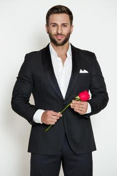 Der 26-jährige Marco lebt im Kanton Aargau und ist Vize Schweizer Meister im Natural Bodybuilding. Hinter all den Muskeln versteckt sich ein wahrer Gentleman, der seine Partnerin auch gerne mal auf Händen trägt. Treue ist für den sensiblen und verständnisvollen Muskelmann das Wichtigste in einer Beziehung. Der gutaussehende Marco hofft, in der Bachelorette die Frau zu finden, mit der er das Leben in vollen Zügen geniessen kann, die ihn aber auch tatkräftig unterstützt. Ob aber der zielstrebige Single auch genug Ausdauer für die Bachelorette hat, wird sich zeigen… (Bild: PD)