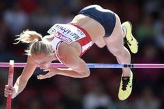 Romana Malacova aus Tschechien meistert die Hürde. (Bild: Keystone)