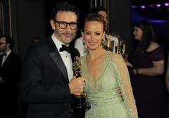Michel Hazanavicius mit dem Oscar für die beste Regie für «The Artist» und Berenice Bejo. (Bild: Keystone)
