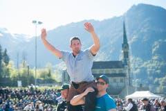 Philipp Laimbacher feiert seinen Festsieg nach dem gestellten Schlussgang gegen Matthias Glarner am Ob- und Nidwaldner Kantonalschwingfest in Lungern. (Bild: Keystone / Urs Flüeler)