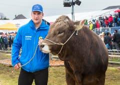 Sieger Armon Orlik aus Graubünden mit dem Muni. (Bild: Andrea Stalder)