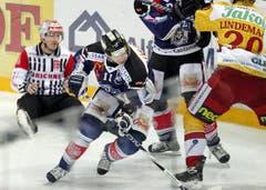 Zugs Esa Pirnes kämpft sich an Langnaus Kim Lindemann vorbei. (Bild: Keystone)