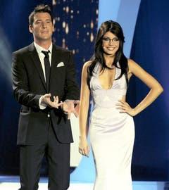 Co-Moderatorin Xenia Tchoumitcheva überraschte Moderator Matteo Pelli und das Publikum mit schwarzer Perücke und Brille. (Bild: Keystone)