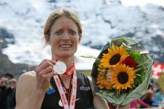 Andrea Mayr läuft als Siegerin des 21. Jungfrau Marathon in einer Zeit von 03:20:20.7 ins Ziel. (Bild: Swiss Image / Remy Steinegger)