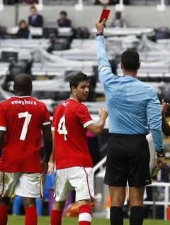 In mancher Situation entschieden sich die Schweizer im falschen Moment für die falsche Aktion - wie beispielsweise Oliver Buff, der auf ungeschickte Weise einen Penalty anpeilte und stattdessen in der 78. Gelb-Rot sah. (Bild: Keystone)