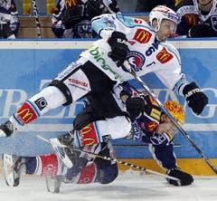 Cyrill Welti (oben) im Duell mit Damien Brunner. (Bild: Keystone)