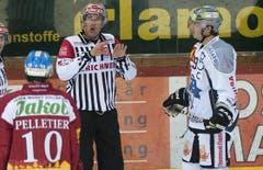 Head-Schiedsrichter Nadir Mandioni diskutiert mit Langnaus Pascal Pelletier (links) und Zugs Patrick Oppliger. (Bild: Keystone)