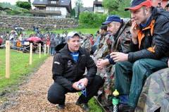 Andreas Ulrich aus Gersau nach einem Kampf im Gespräch mit seinen Fans (Bild: Franz Föhn)