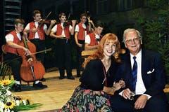 Walter Roderer mit Hauptdarstellerin Ursela Monn, während den Feierlichkeiten zur Open Air Premiere seines Films «Ein Schweizer namens Nötzli», am 30. September 1988 in Appenzell. (Bild: Keystone / Str)