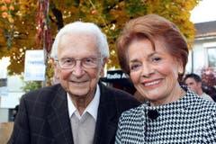 Walter Roderer mit Lys Assia am Abschiedsfest des Landessenders Beromünster in Gunzwil 2008. (Bild: Archiv Neue LZ)