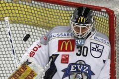 EVZ-Torhüter Jussi Markkannen fixiert die heranfliegende Scheibe. (Bild: Keystone)