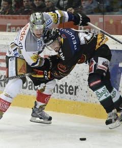 Zugs Björn Christen (links) gegen Philippe Furrer. (Bild: Keystone)