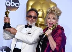 """""""Mad Max: Fury Road"""" gewann in mehreren Kategorien, u. a. im Produktionsdesign. Colin Gibson and Lisa Thompson nahmen hierfür ihre goldenen Trophäen entgegen. (Bild: Keystone/EPA/Paul Buck)"""