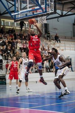 Rhamel Brown erzielt für Swiss Central Basket einen Punkt. (Bild: Manuela Jans- Koch)