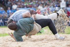 Rene Suppiger (oben) bodigt im ersten Gang Martin Grab nach wenigen Sekunden. (Bild: KEYSTONE/Urs Flueeler)
