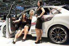 Drei Hostessen posieren beim neuen ABT QS3. (Bild: Keystone)