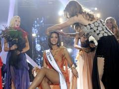 Die Miss Schweiz 2010, Kerstin Cook, übergibt ihr Krönchen an die Miss Schweiz 2011, Alina Buchschacher. (Bild: Keystone)