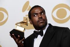 Rodney Jerkins hält den Record of the Year-Award. (Bild: Keystone)