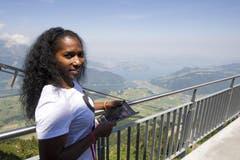 Stabhochspringerin Yarisley Silva aus Cuba geniesst die Aussicht vom Stanserhorn. (Bild: Keystone)