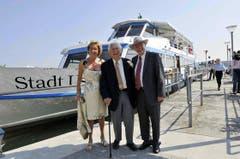 Walter Roderer mit Silvia und Christoph Blocher vor dem Greifensee-Motorschiff «Stadt Uster'». (Bild: Archiv Neue LZ)