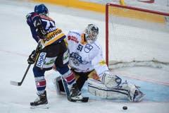 Der Bieler Daniel Steiner verpasst eine Chance gegen Zugs Goalie Tobias Stephan. (Bild: Keystone / Marcel Bieri)