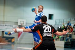Thomas Hofstetter vom HC Kriens-Luzern springt höher als sein Gegenspieler Luka Maros (Bild: Dominik Wunderli / Neue LZ)