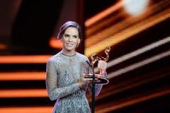"""Hollywood-Flair brachte Oscar-Preisträgerin Hilary Swank nach Berlin, die jetzt ebenfalls stolze Besitzerin eines Bambi ist. Die 41-jährige US-Amerikanerin nahm den Burda-Medienpreis sehr gerührt entgegen und widmete das goldene Rehkitz ihrer Mutter. """"Nur meine Mutter hat immer an mich geglaubt. Sie ist meine Heldin und meine grösste Inspiration."""" (Bild: EPA / Britta Pedersen)"""