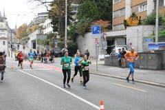 Bilder von unterwegs: Eindrücke von der Laufstrecke und auf Nebenschauplätzen. (Bild: Claude Hagen/LZ)