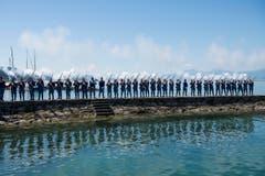 Die «Grenadiers fribourgeois», schiessen eine Ehrensalve anlässlich des Fahnenempfangs. (Bild: Keystone / Jean-Christophe Bott)