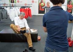 Jörg Schild, Präsident von Swiss Olympic, bei der Schuhprobe. (Bild: Keystone / Lukas Lehmann)