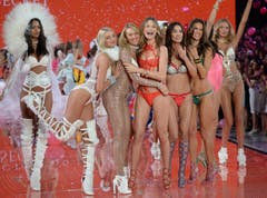 Diese Models hatten bei ihrem Auftritt viel Spass. (Bild: Keystone)
