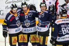 Die Zuger Daniel Sondell, Emanuel Peter, Nicolas Thibaudeau, und Sven Senteler, von links, freuen sich über den Sieg. (Bild: Keystone/ALEXANDRA WEY)