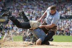 Philipp Laimbacher versucht Willy Graber auf den Rücken zu drehen. (Bild: Keystone)