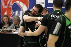 Kriens' Boris Stankovic, llinks, umarmt Daniel Schmid. (Bild: Philipp Schmidli / Neue LZ)