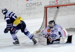 Raeto Raffainer (links) trifft gegen Jussi Markkanen. (Bild: Keystone)
