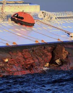 Das Luxus-Kreuzfahrtschiff liegt auf der Seite. (Bild: Keystone)