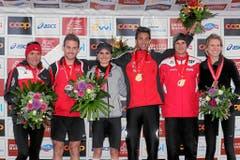 Blumen für die Schnellsten: Siegerinnen und Sieger auf dem Podium freuen sich über ihren Erfolg. (Bild: swiss-image.ch/Photo Andy Mettler)