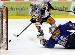 Der EV Zug Stürmer Lino Martschini trifft zum 0-2 gegen die Kloten Flyers.