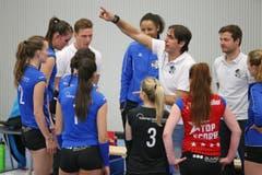 Luzerns Trainer Denis Milanez erklärt den Spielerinnen seine Taktik (Bild: Philipp Schmidli)