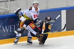 Es rumpelt: Zugs Johann Morant (links) gegen Luganos Maxim Lapierre. (Bild: Samuel Golay / Keystone)