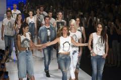 Die Models in São Paulo stehen für Gisele Bündchen Spalier. Dabei tragen sie Shirts mit dem Bild von Bündchen drauf. (Bild: Keystone)