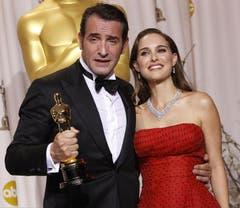 Jean Dujardin zusammen mit Vorjahressiegerin Natalie Portman. (Bild: Keystone/EPA)
