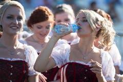 Noch ein Moment der Erfrischung: Die Ehrendamen an der Eröffnungsfeier. (Bild: URS FLUEELER)