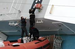 Rettungskräfte versuchen zu retten, was zu retten ist. (Bild: Keystone)