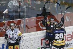 Jubel bei Ivo Rüthemann und Martin Plüss nach dem 3:1, Zugs Corsin Casutt hat das Nachsehen. (Bild: Keystone)