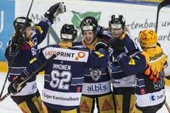 Die Zuger Daniel Sondell, Jarkko Immonen, Lino Martschini, Josh Holden, und Pierre-Marc Bouchard, (von links) freuen sich über den Sieg. (Bild: Keystone / Alexandra Wey)